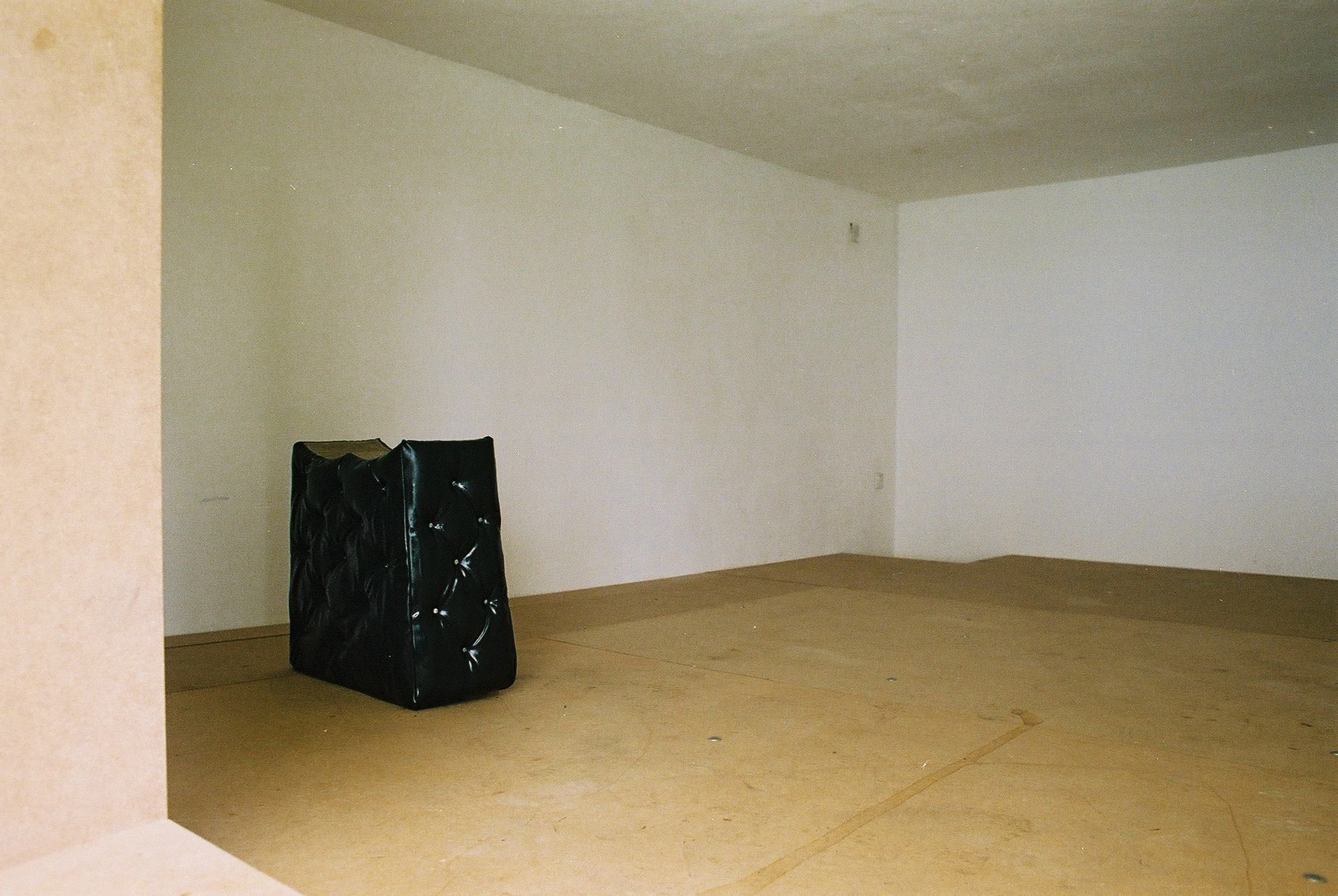 Fachraum 4 │ metal, wood, plastic, cement, fabric │ (installation view) │ 2014 │ ca. 10qm